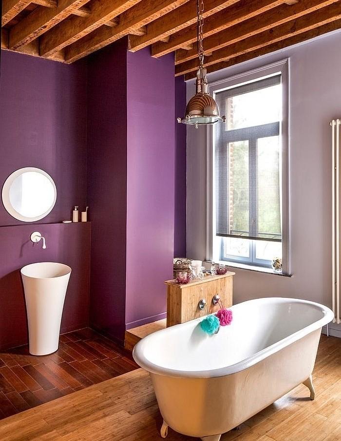brilliante-idée-salle-de-bain-mauve-baignoire-blanche-à-poser-lavabo-colonne-miroir-rond