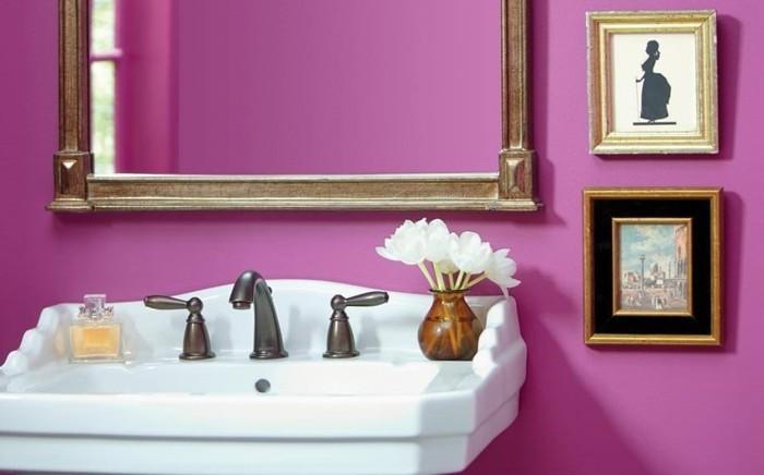 magnifique-idee-couleur-salle-de-bain-mauve-jolis-dessins-miroir-encadrement-vintage-lavabo-colonne