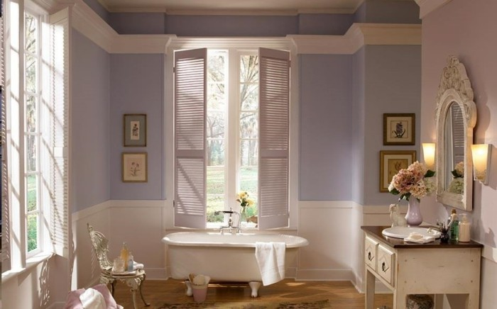 modèle-peinture-salle-de-bain-violette-baignoire-blanche-à-poser-vasque-à-encastrer-meuble-sous-vasque-et-miroir-vintage-ambiance-douce-et-raffinée