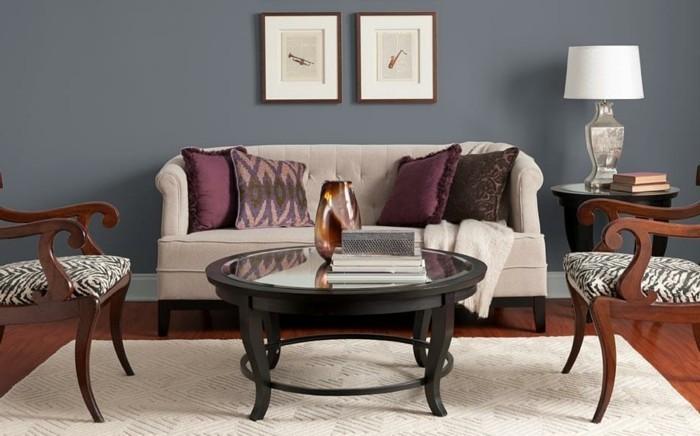 quelle-peinture-choisir-pour-son-salon-idee-elegante-murs-salon-en-taupe-petite-table-basse-canape-et-deux-chaises
