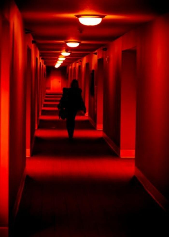 70-Luminaire pour couloir. Couleur rouge.