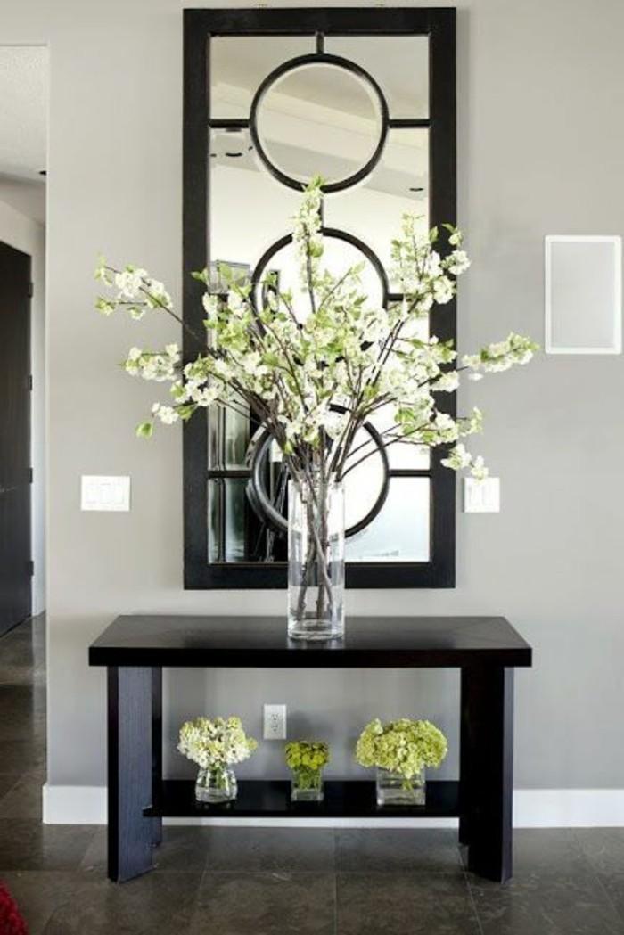 72-miroir-couloir-une-vase-avec-des-fleurs-blanches