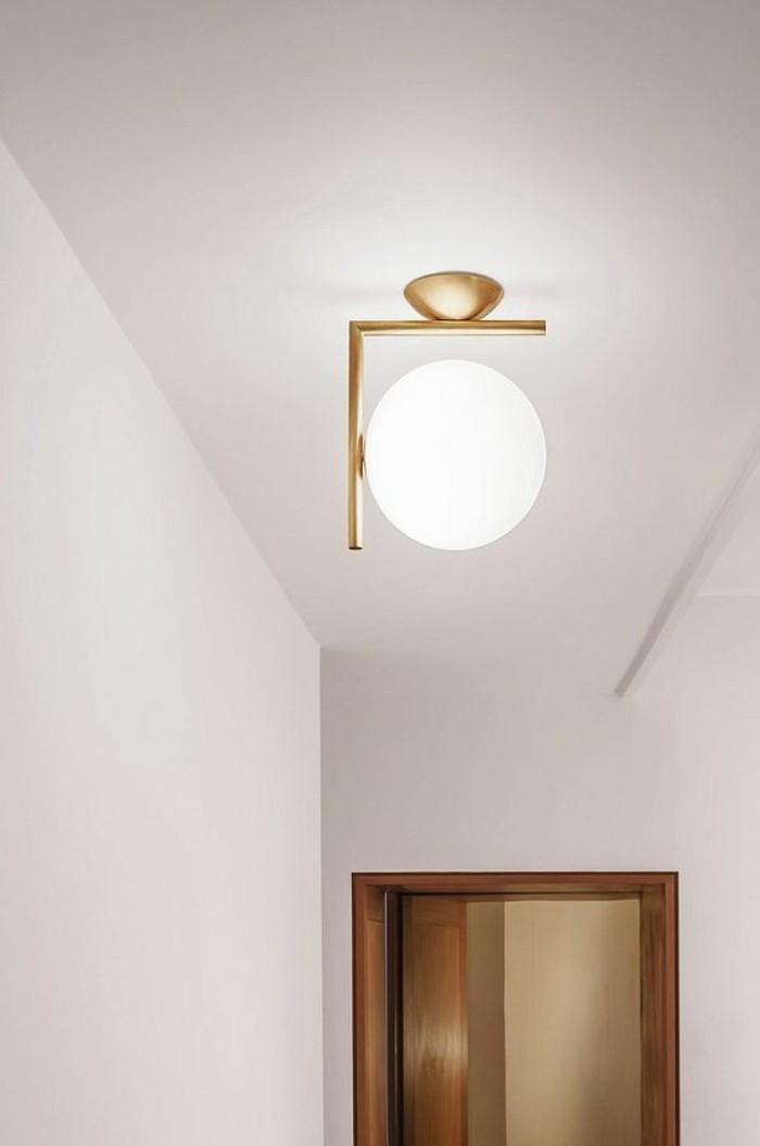 74-Luminaire pour couloir. Une lampe.