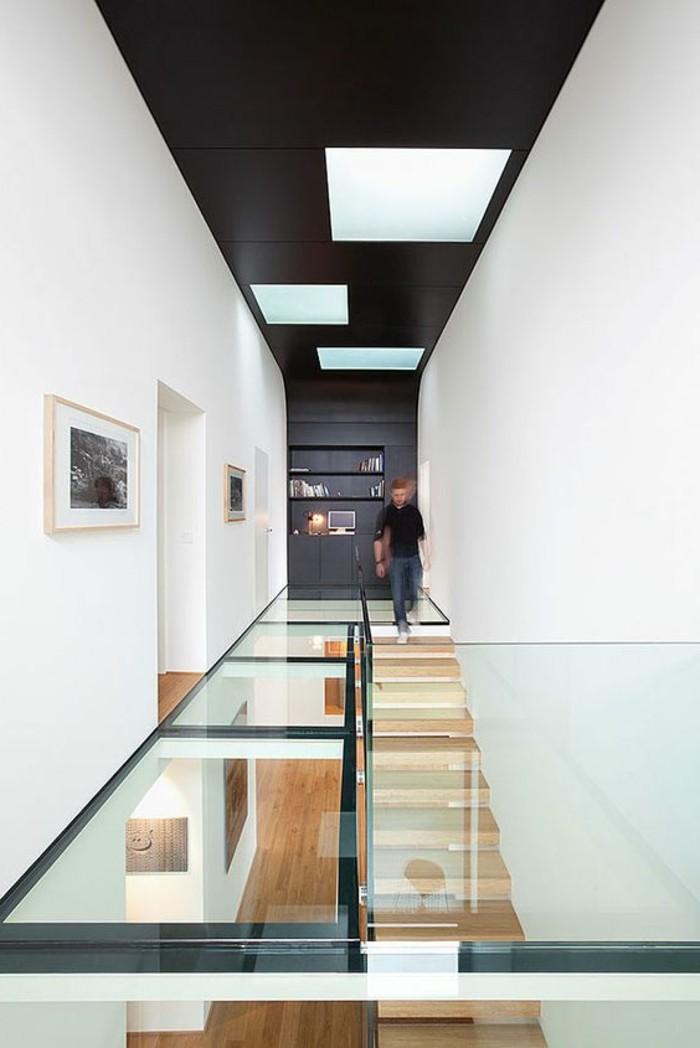76-Luminaire pour couloir. Murs en blanc. Plafond en noir.