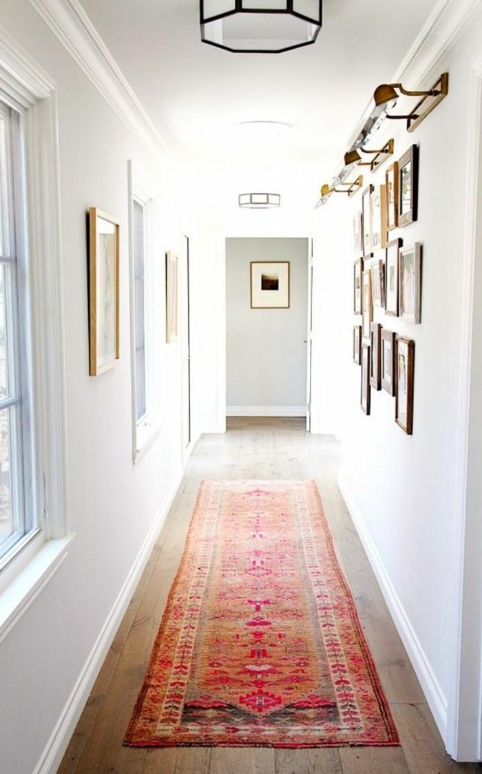 79-Luminaire pour couloir. Un tapis.