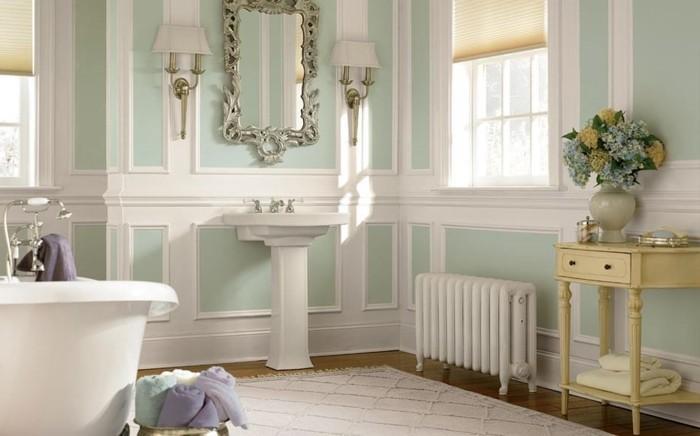 couleur-salle-de-bain-verte-lavabo-colonne-baignoire-à-poser-miroir-encadrement-majestueux-en-argent