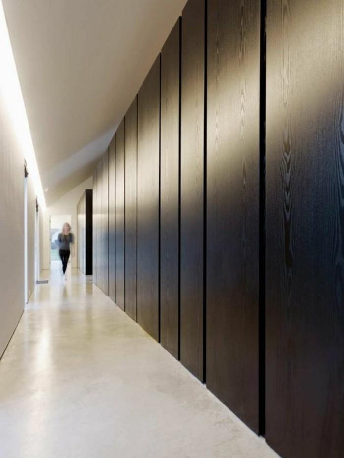 81-Luminaire pour couloir. Plancher blanc. Murs marron. Une figure humaine.