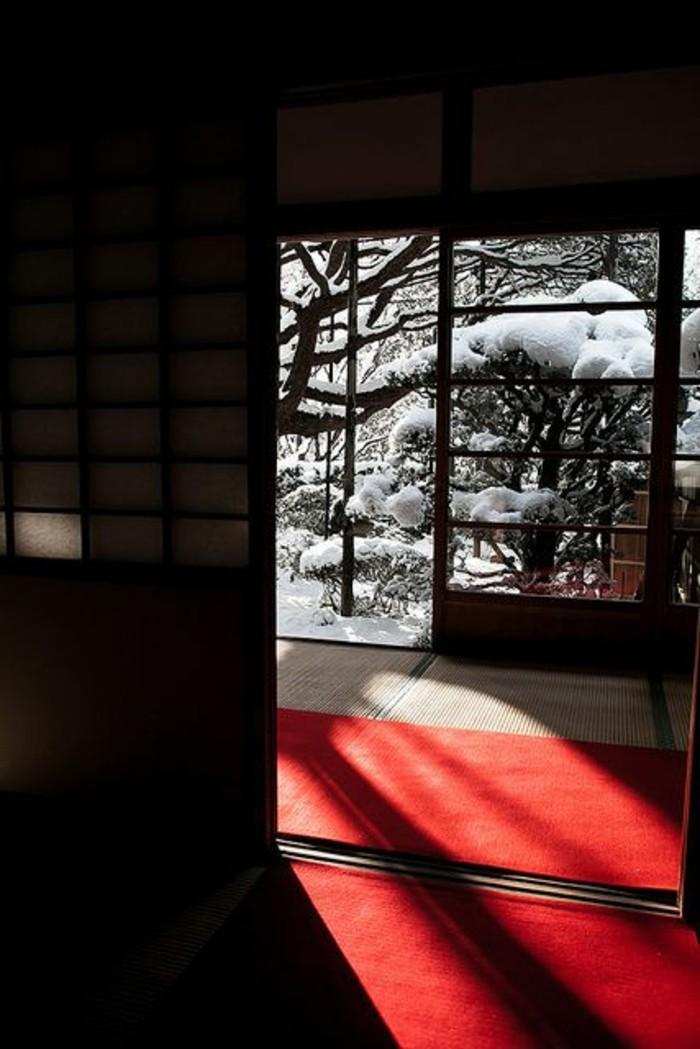 89-Luminaire pour couloir. Tapis rouge.