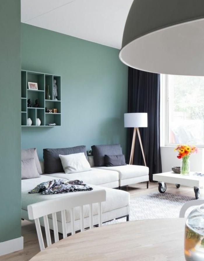 couleur-mur-salon-vert-pastel-salon-contemporain-canape-blanc-petite-table-blanche-a-roulettes