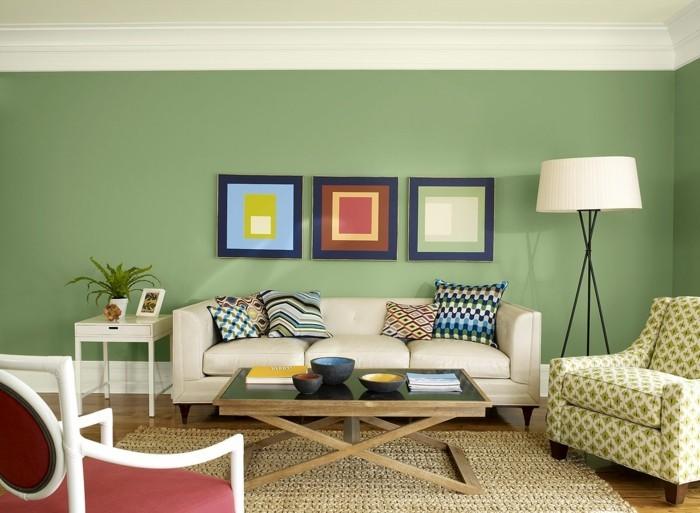 idee-peinture-salon-benjamin-moore-mur-en-vert-ambiance-propice-a-la-detente-coussins-et-tableaux-multicolores-sofa-confortable-fauteuil