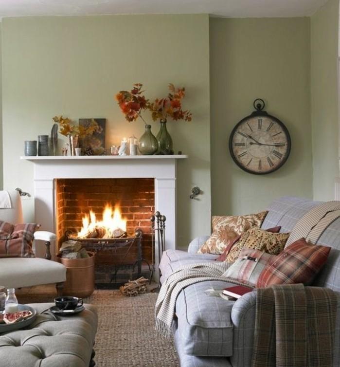 jolie-suggestion-couleur-peinture-salon-vert-pistache-cheminee-creant-une-ambiance-accueillante-gamme-de-couleurs-riche-sensation-automnale