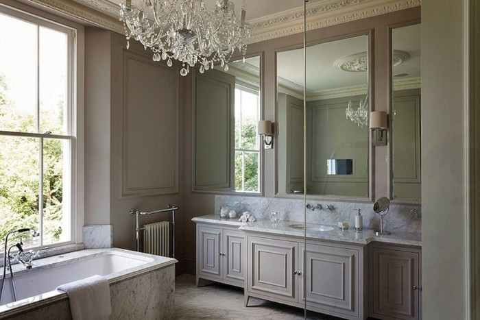 peinture-salle-de-bain-couleur-taupe-déco-luxe-lustre-somptueux