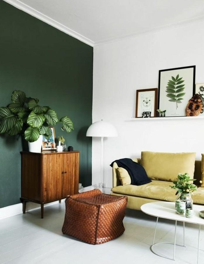 une-idee-peinture-salon-d-esprit-naturel-mur-en-vert-et-blanc-deco-florale-canape-jaune-et-table-basse-blanche-mignonne