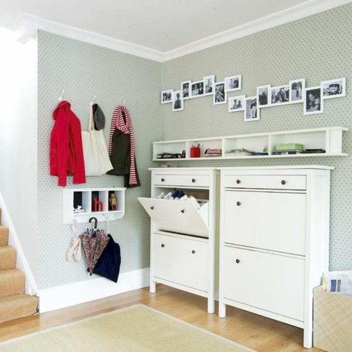 90-tapis-passage-trois-palteaux-sont-pendus-au-mur