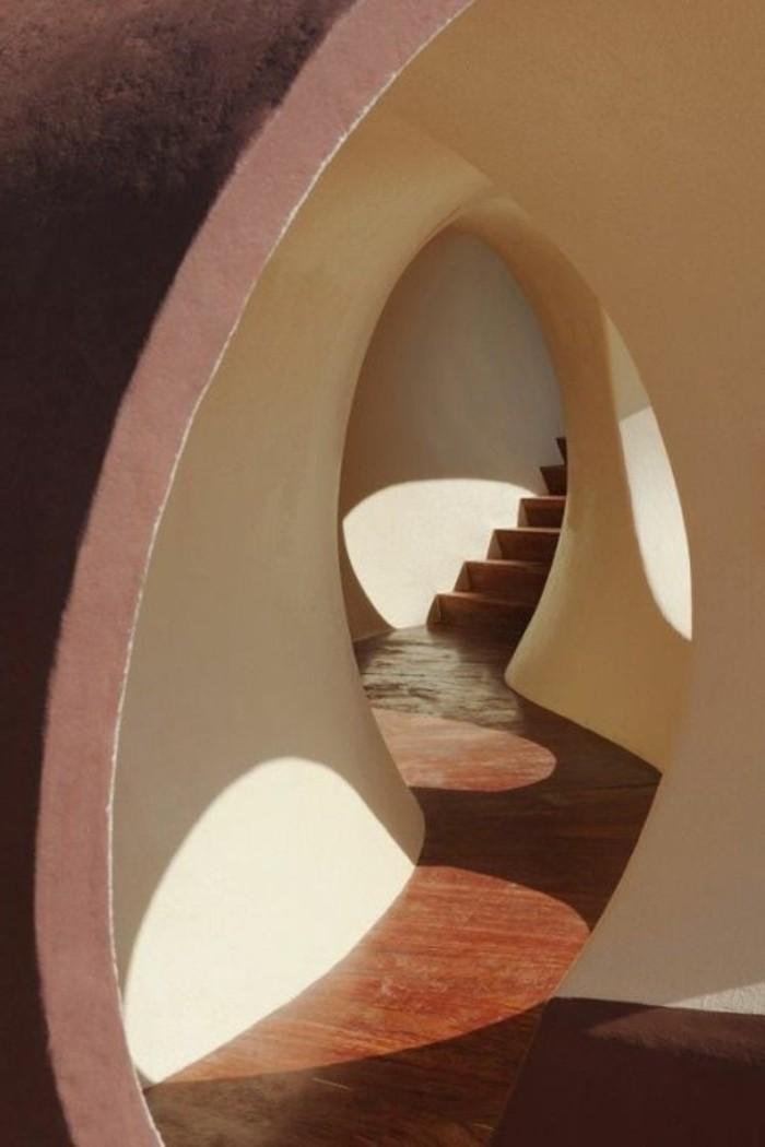 93-Luminaire pour couloir. Un escalier.