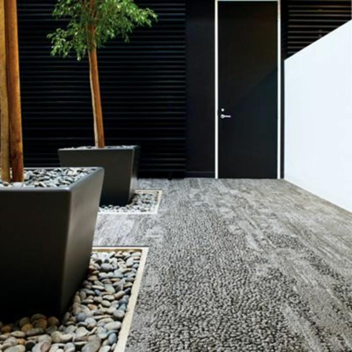93-tapis-passage-couleur-grise-une-plante-au-fond