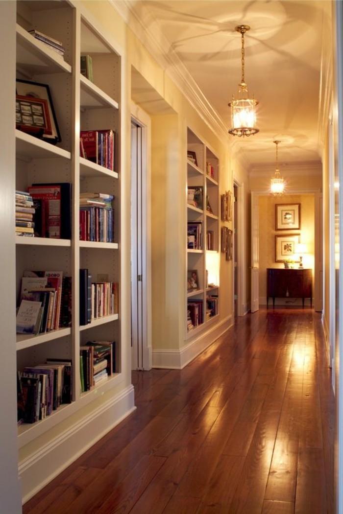 94-Luminaire pour couloir. Parquet. Des livres.
