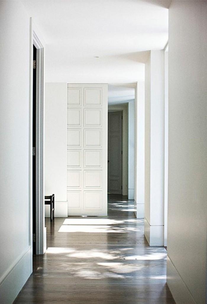 95-Luminaire pour couloir. Murs blancs.