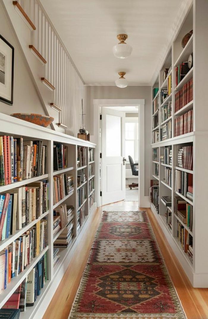 98-Luminaire pour couloir. Une porte ouverte. Des livres.