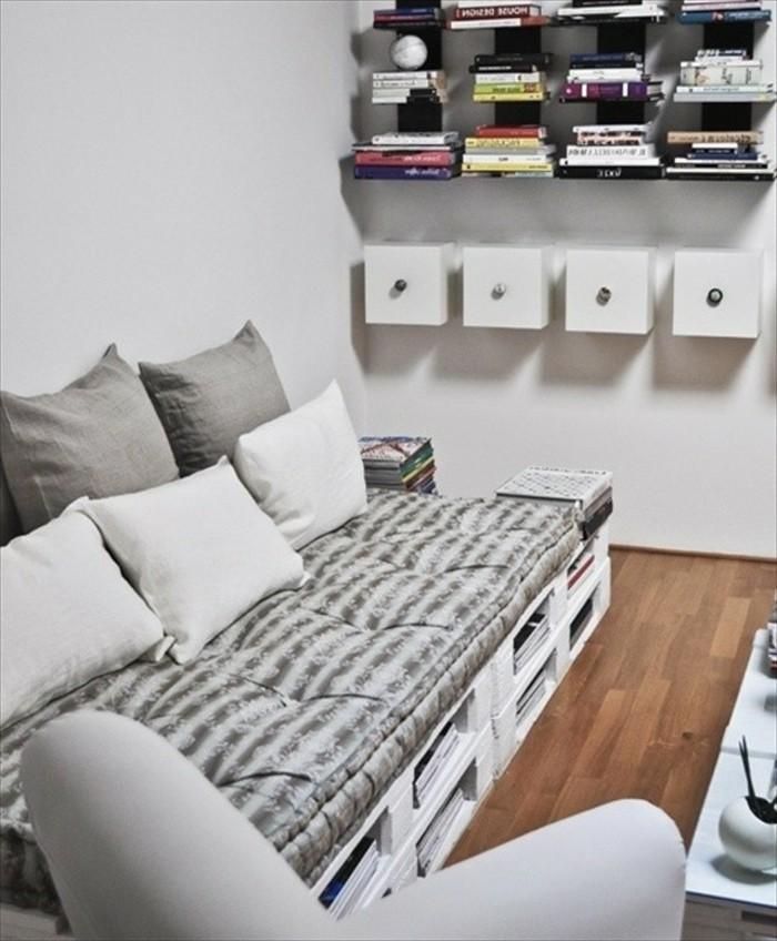 diy-canape-en-palette-blanc-etageres-murales-idee-interessante