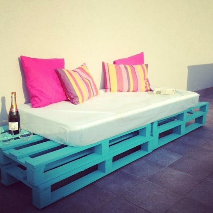 diy-meuble-en-palette-tres-facile-a-realiser-canape-bleu-ciel-amenage-sur-une-terrasse-pour-admirer-le-coucher-du-soleil