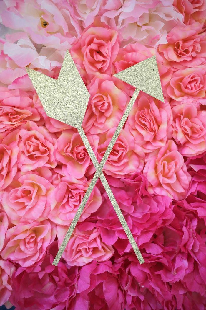 activité manuelle saint valentin deux flèches en bois et papier pailleté sur des roses fausses