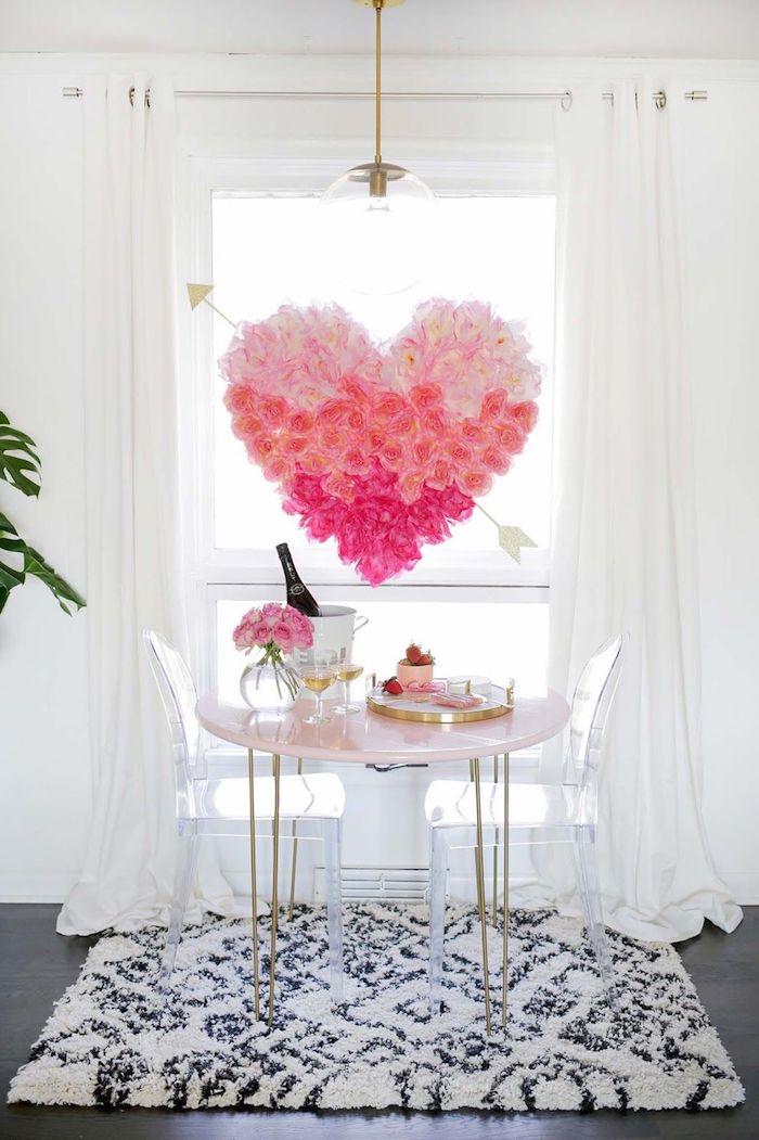 activité manuelle saint valentin un coeur en polystyrene couvert des fleurs suspendu du plafond dans la salle a manger