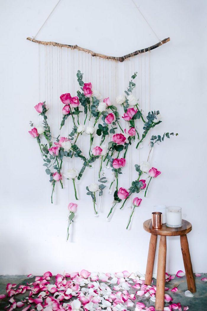 activité saint valentin des roses suspendus a cote d une bougie pose sur une tabourette en bois