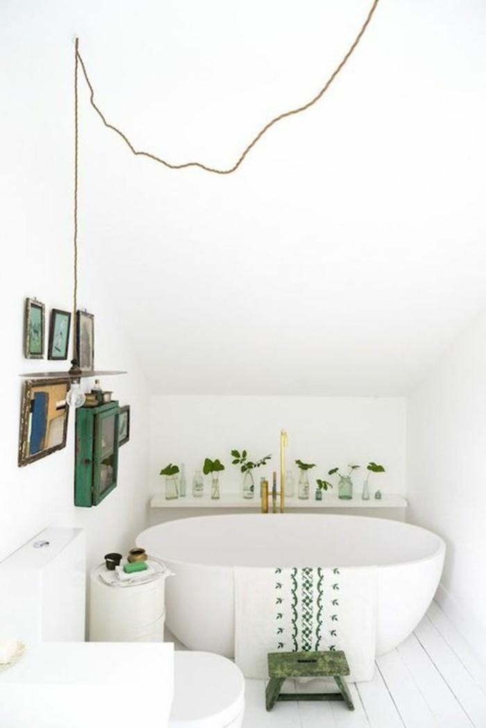 amenagement-petite-salle-de-bain-2m2-sous-combles-baignoire-ronde-blanche