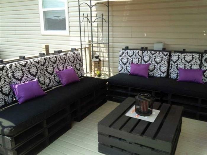 amenagement-terrasse-avec-de-meubles-en-palettes-table-basse-en-palette-canape-en-palette-assise-noire-dossier-a-motifs-interessants