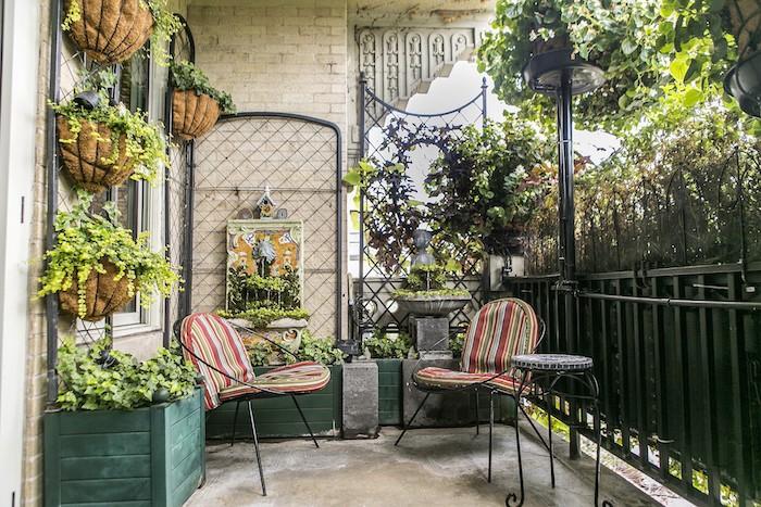 amenagement-terrasse-europeenne-concept-ferraille-design-bois-pot-creation-petit-jardin-jolie-idee-architecture-amenager-petit-espace