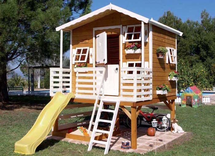 Cabane en bois avec toboggan for Cabane de jardin prix