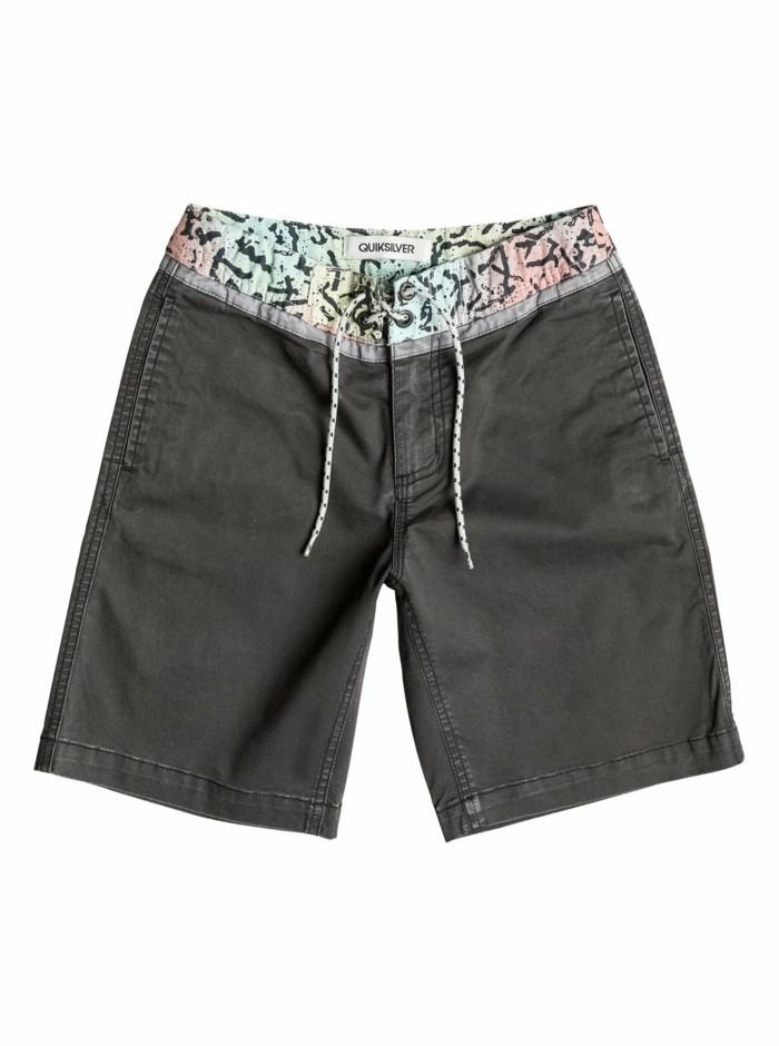 bermuda-garcon-en-gris-fonce-avec-attache-ceinture-lacets-en-noir-et-blanc-resized