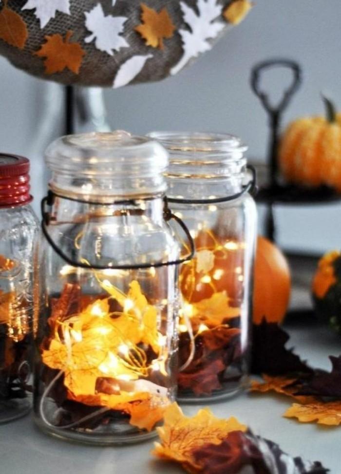 bricolage-automne-avec-pot-en-verre-et-guirlande-lumineuse-feuilles-oranges-citrouilles