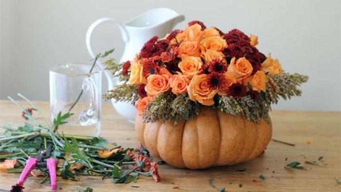 bricolage-halloween-facile-citrouille-creusee-et-transformee-en-vase-de-fleurs