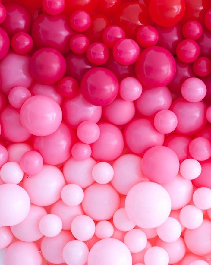 bricolage saint valentin des balllons de differentes dimensions et couleurs rouge rose et frambois