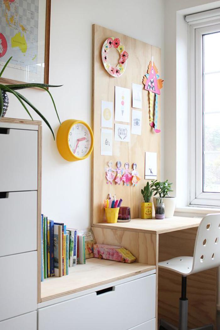 bureau-d-ecolier-petit-bureau-pour-ecolier-avec-tableau-daccrochage