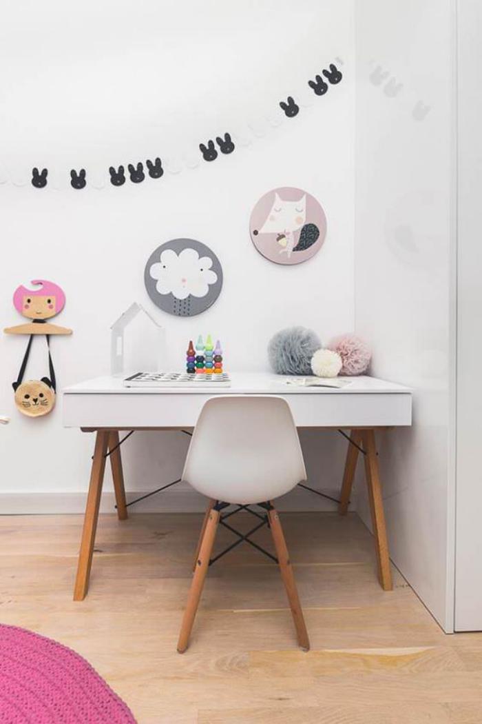 bureau-d-ecolier-style-scandinave-sol-en-bois-et-peinture-blanche