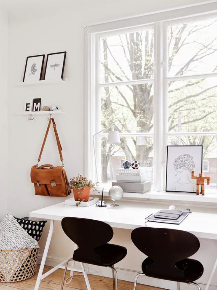 bureau-style-scandinave-chaises-noires-et-bureau-près-de-la-fenetre