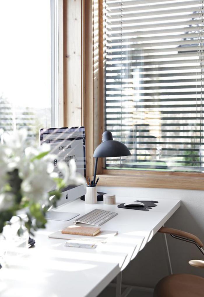 bureau-style-scandinave-joli-bureau-blanc-et-lampe-de-bureau-noire