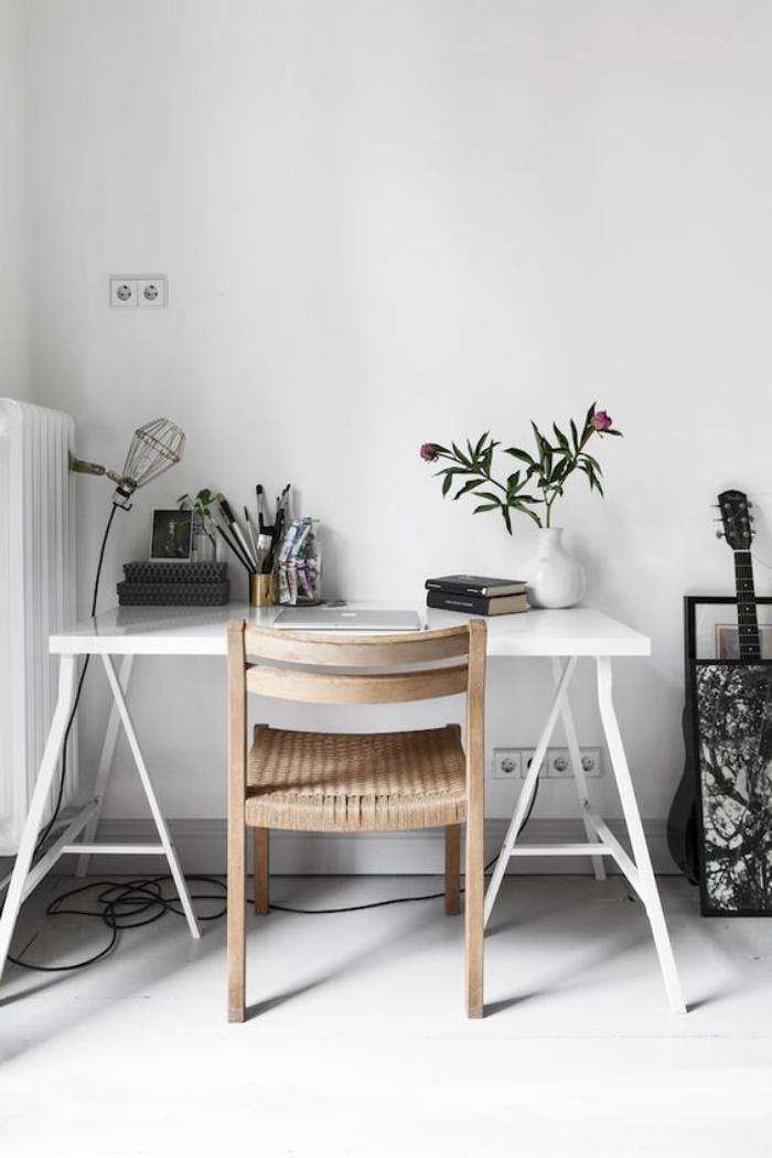bureau-style-scandinave-lampe-cage-bureau-épuré