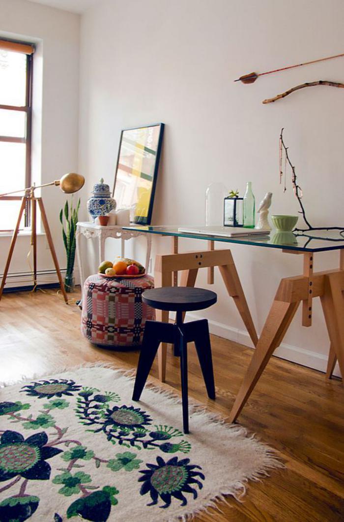 bureau-style-scandinave-piètement-en-bois-et-plateau-en-verre