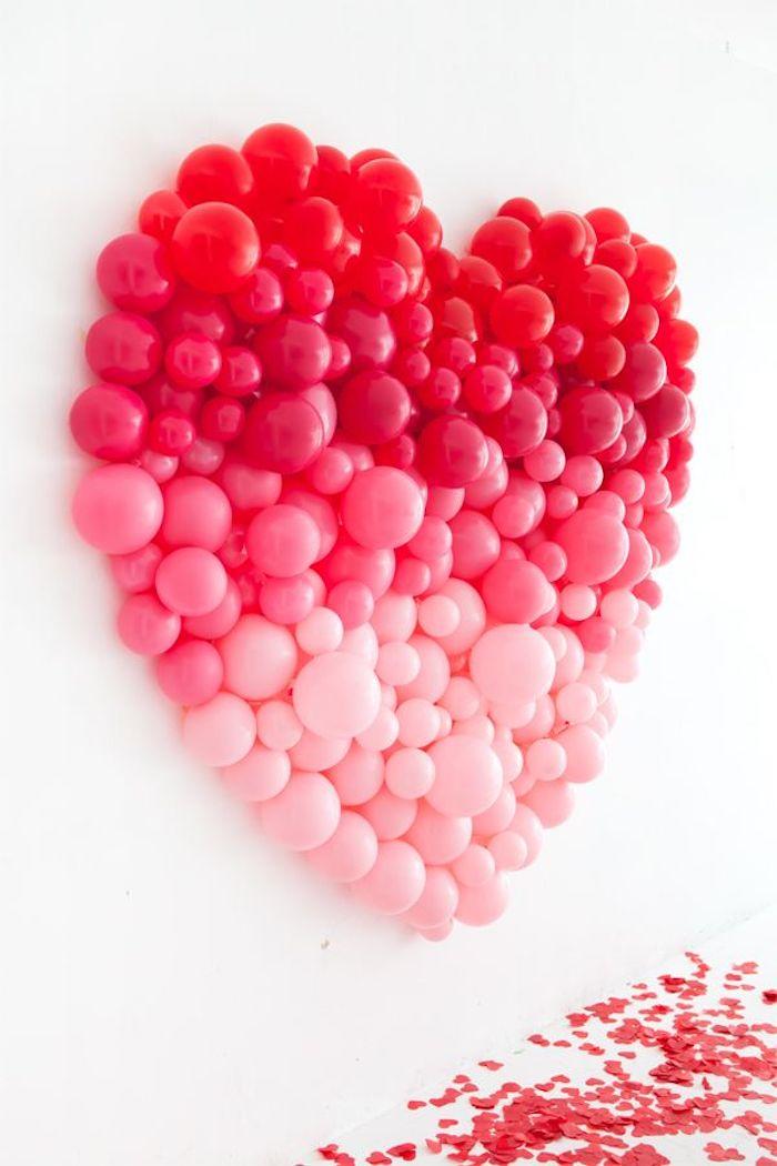 cadeau fait main pour son amoureux un coueur collé au mur fait des ballons des differentes couleurs