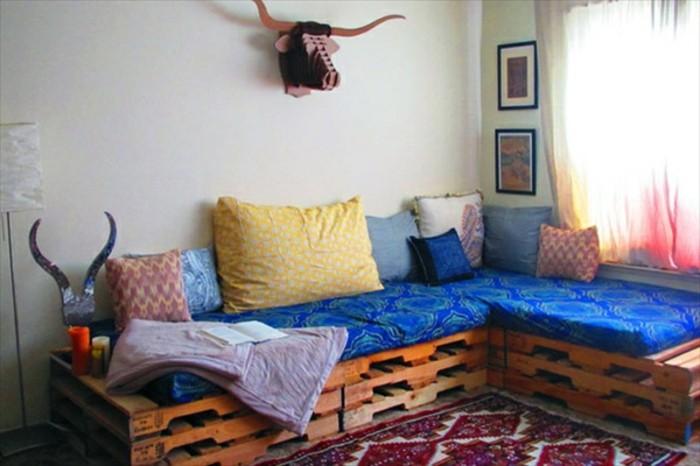 canape-en-palette-d-angle-assise-bleue-coussins-de-plusieurs-couleurs