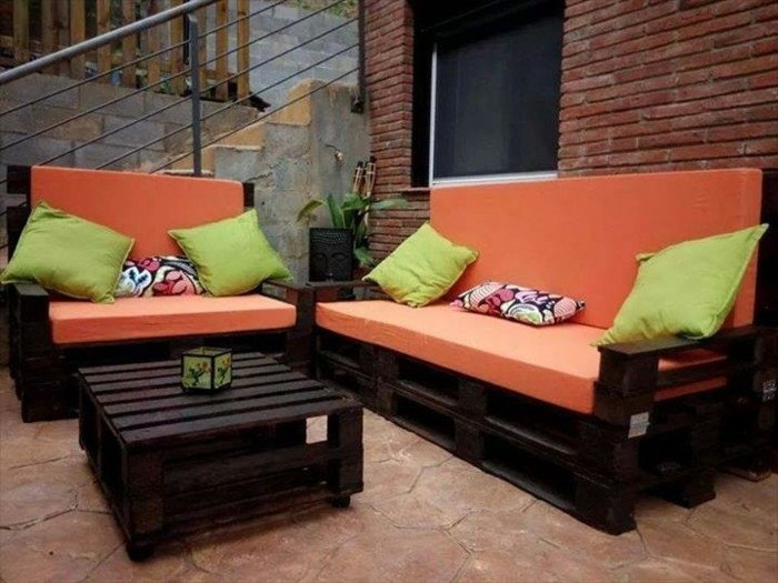 canape-palette-assise-orange-un-canape-ideal-pour-votre-exterieur