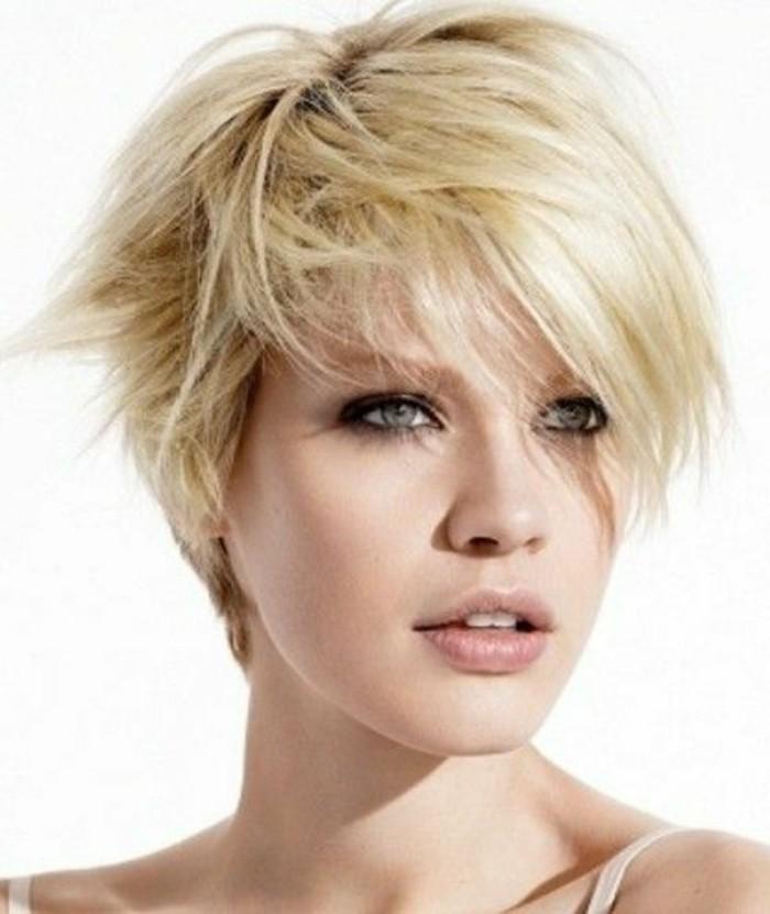 carre-destrcturee-femme-cheveux-blonds-yeux-blues-femme-levres-roses