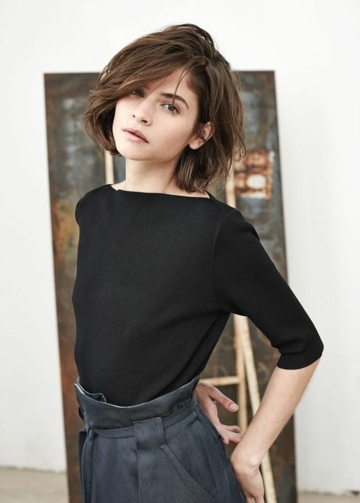 carree-destructuree-femme-cheveux-marrons-pantalon-gris-blouse-noire