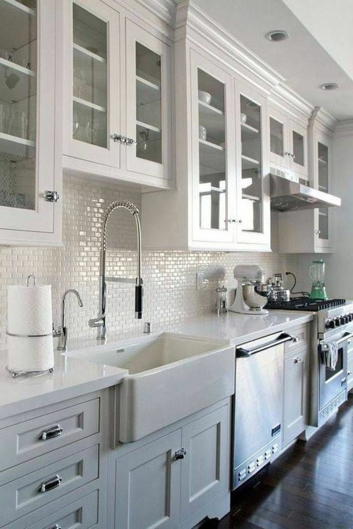 carrelage-blanc-cuisine-évier-moderne-grande-armoire