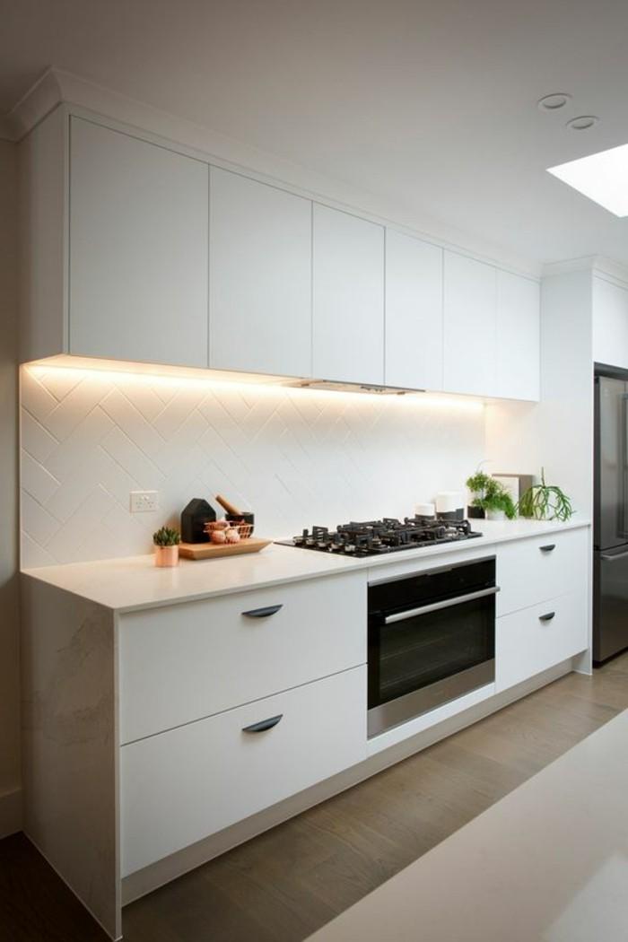 carrelage-blanc-cuisine-blanche-four-carreaux-au-mur-blancs