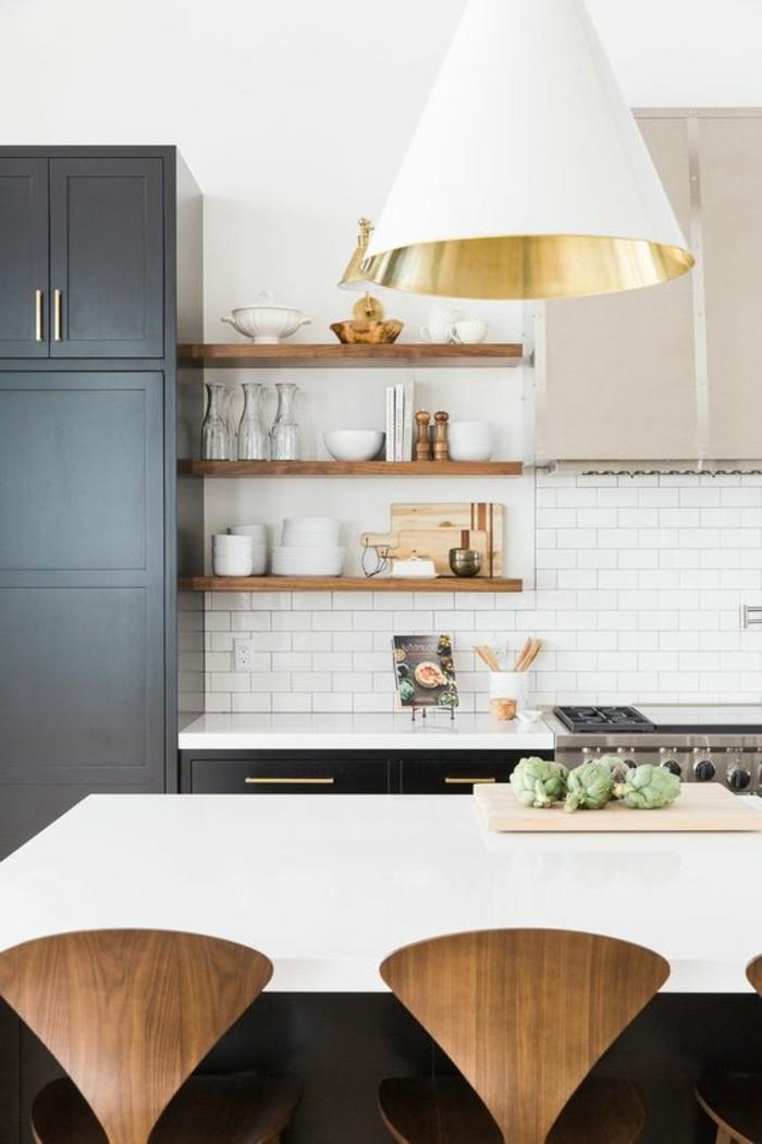 carrelage-blanc-cuisine-lampe-deux-chaises-intéressantes